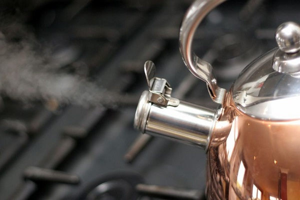 Кипяток, который часто используется как народное средство для избавления от бельевых тараканов