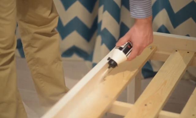 Обработка деревянной кровати